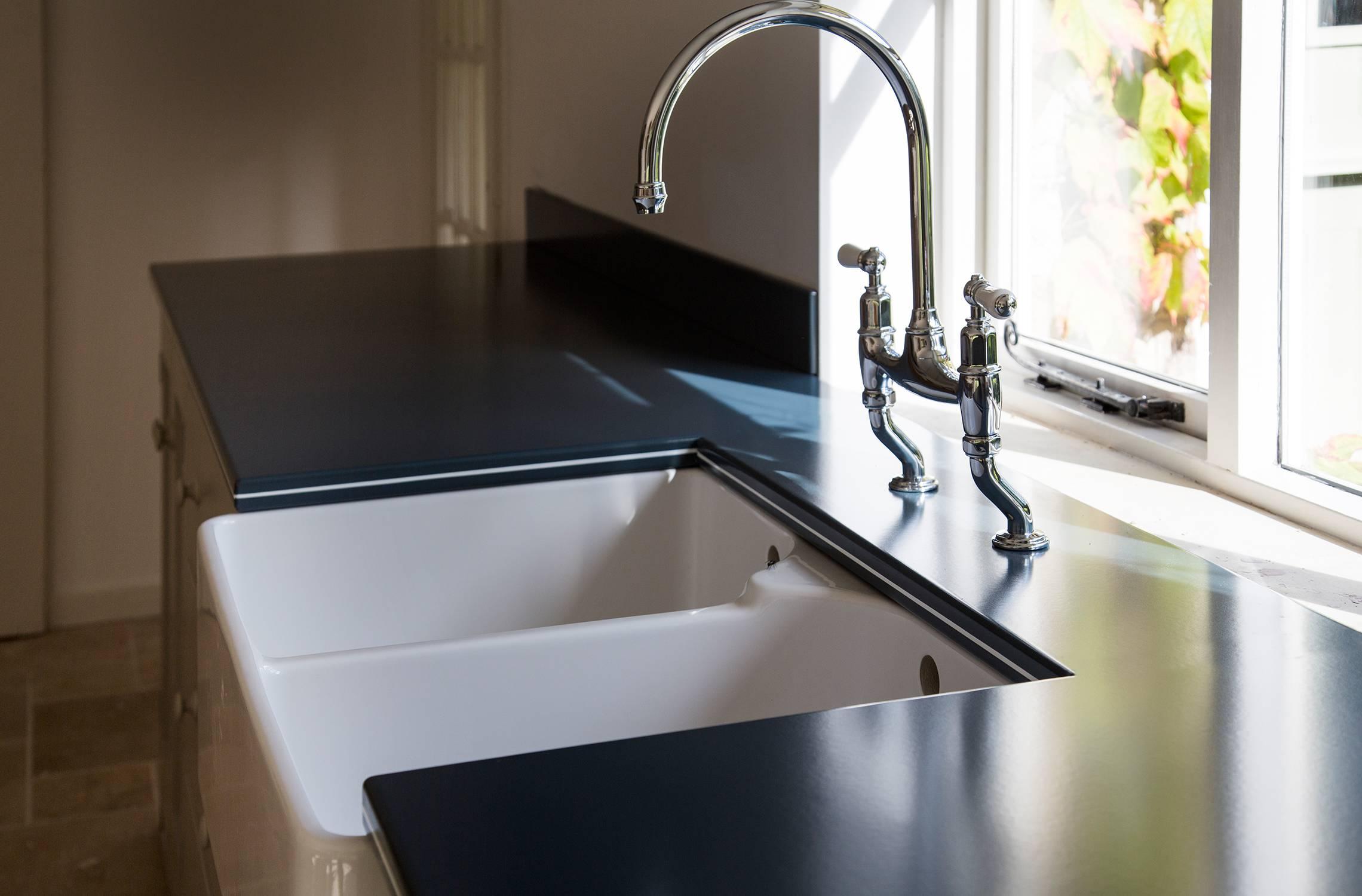 Vlaze worktop around sink